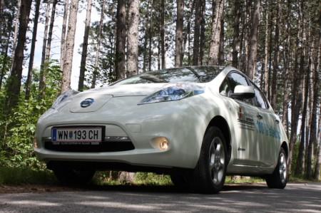 Nissan Leaf Elektrofahrzeug von unten