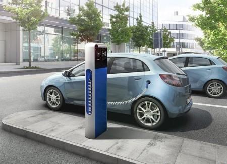 Elektroauto an Elektrostation aufladen